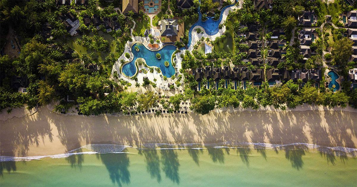 Luftaufnahme des Robinson Club Khao Lak, Thailand, direkt am Strand.