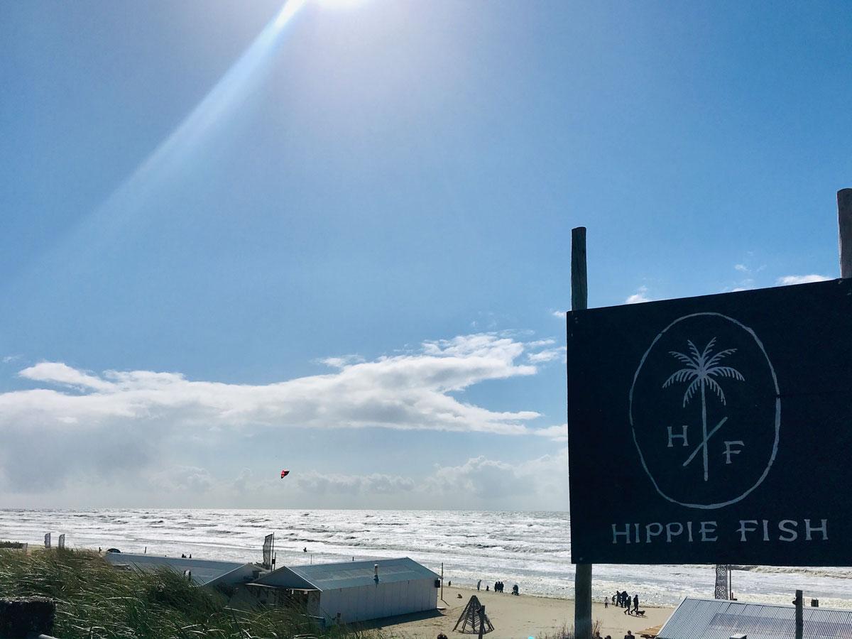 Das Schild des Hippie Fish am Strand von Zandvoort, Niederlande